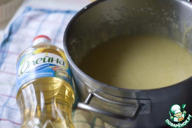 Отдельно разотрите яичные желтки с сахаром, ванилином и маслом. Добавьте молоко и смашайте на низкой скорости миксером.