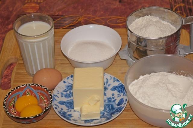Начинаем готовить кекс с вечера. Мне было удобно в 22 часа (я рассчитала буквально по часам, чтобы попасть во временные интервалы, в которые внучка не будет мне мешать). Подготовить продукты. Масло надо заранее вынуть из холодильника, оно должно быть очень мягким. Я, как всегда при выпечке куличей, использовала свежие дрожжи. Их надо растворить в теплом молоке.