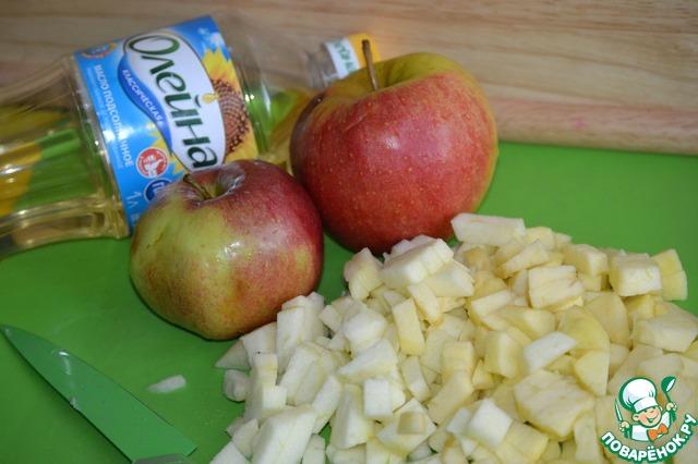 Пока тесто подходит, займемся начинкой. Яблоки очищаем от шкуры и косточек и нарезаем кубиком.