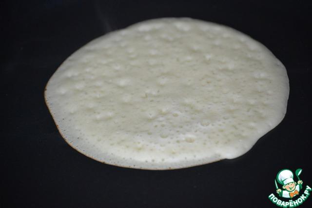 Готовое тесто перемешиваем и на хорошо разогретую сковороду наливаем небольшой блинчик. Печем блин только с одной стороны, как только сверху тесто перестает быть жидким-снимаем блин.