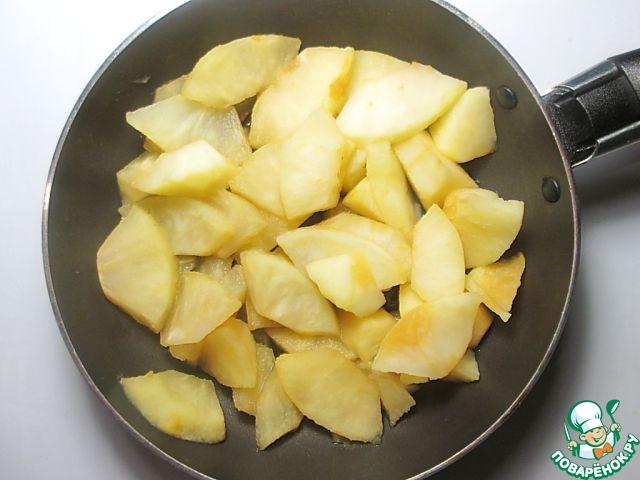 Яблоки очистите от кожуры и сердцевинки, нарежьте небольшими кусочками. Должно получиться 200 г яблок в чистом виде. Готовьте их с медом на тихом огне под крышкой до размягчения. Мед можете заменить на любой ароматизированный сироп или сахарный песок. Остудите яблоки до комнатной температуры.
