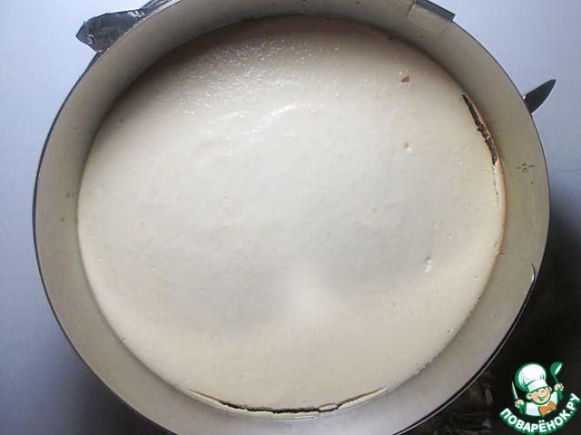 Чизкейк будет готов тогда, когда края его поверхности запекутся, а серединка будет слегка колыхаться. Выключите духовку и оставьте в ней чизкейк до полного остывания, когда десерт достигнет комнатной температуры, поставьте его в холодильник минимум на 3 часа, в идеале - на ночь.