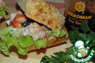 Куриный шашлык с салатом в сэндвиче