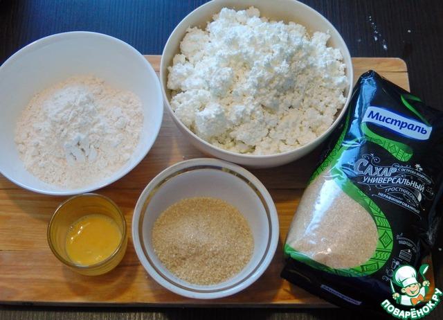 Отмеряем все ингредиенты. Яйцо взбиваем вилкой и отмеряем 20 граммов, это примерно половина яйца первого сорта.