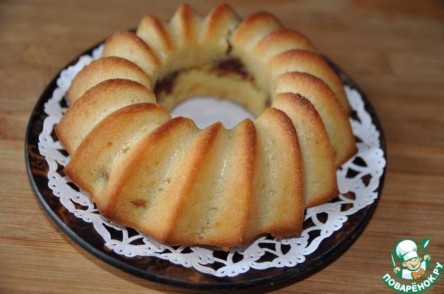Готовый кекс кладём на кухонную решетку и даём ему остыть.   Далее кладём кекс на блюдо.