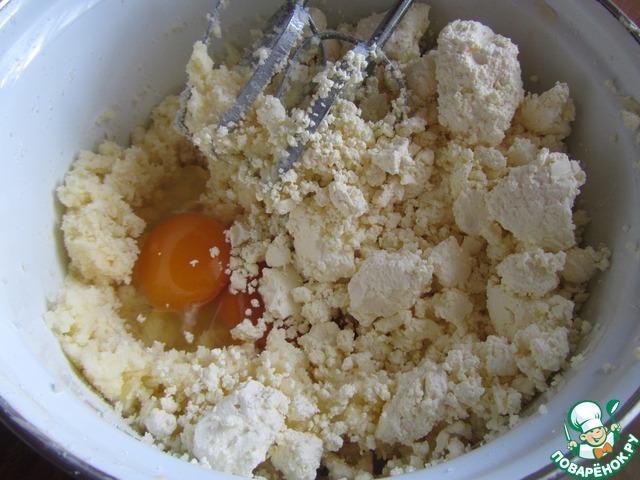 К взбитому с сахаром маслу добавить яйца, творог и муку.