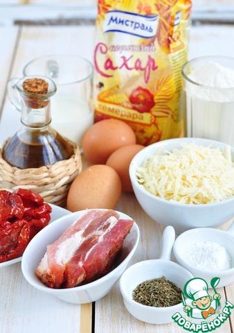 Приготовить необходимые продукты. Томаты нужно предварительно выложить на бумажное полотенце, чтобы впиталось лишнее масло, сыр натереть, бекон или мелко нарезать, или пропустить через мясорубку с мелким решетом.