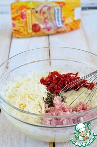 Добавить сыр, бекон, смесь ароматных трав и нарезанные вяленые томаты. Хорошо перемешать тесто.