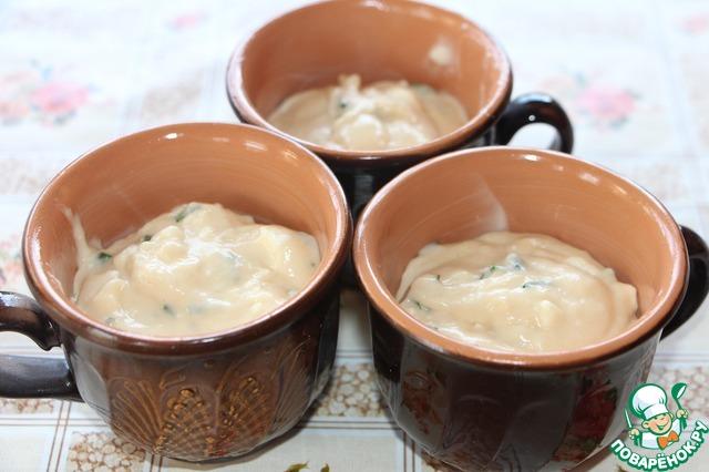 А формочек оказалось всего 6 штук, а тесто осталось. Не беда, любые глиняные чашечки, смазанные сливочным маслом, превосходно справятся с ролью формочек. И можно выпекать. 30-35 минут при 200 градусах.