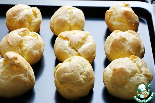 Выпекаем наши пирожные при температуре 240 градусов около 20 минут. Во время выпекания духовку открывать категорически нельзя, иначе они осядут. Пирожные должны приобрести румяный цвет, не подгореть и, в то же время, пропечься внутри. Если они пропекутся недостаточно, то при остывании могут осесть и не будут хрустящими.