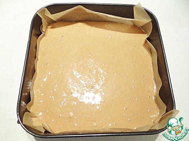 Выливаю бисквит в квадратную форму размером 23*23 см, выложенную пергаментом.