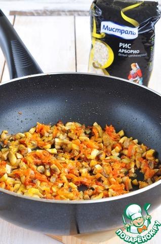 На оливковом масле с добавлением сливочного обжарить мелко нарезанный репчатый лук, добавить натертую морковь и мелко нарезанные грибы.