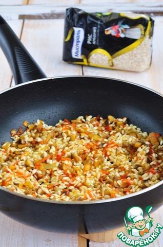 Добавить рис, перемешать, обжарить вместе с овощами чтобы он впитал масло.