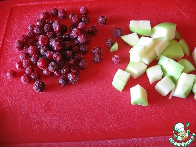 И любые фрукты, какие любите. Я добавила бруснику и яблоко.           А еще можно в эту кашу с вечера положить изюм, нарезанную курагу или чернослив, и сухофрукты за ночь тоже набухнут - и будет прекрасная каша с сухофруктами. Она будет сладкая и без мёда.