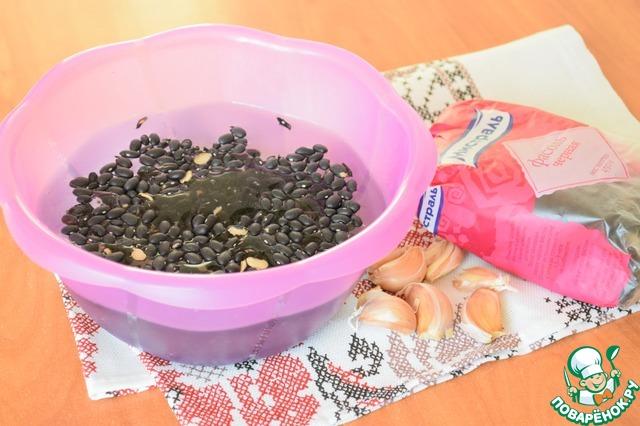 """Фасоль (я брала черную фасоль ТМ """"Мистраль"""") хорошо промыть и залить на ночь водой (или часа на 3-5). Затем поставить варить фасоль в соленой воде с добавлением укропа и петрушки (несколько веточек)"""