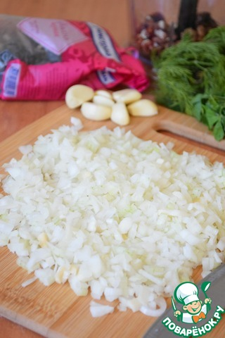 Пока варится фасоль, нарезать мелкими кубиками лук.