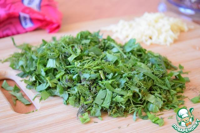 Зелень петрушки и укропа мелко нарезать.