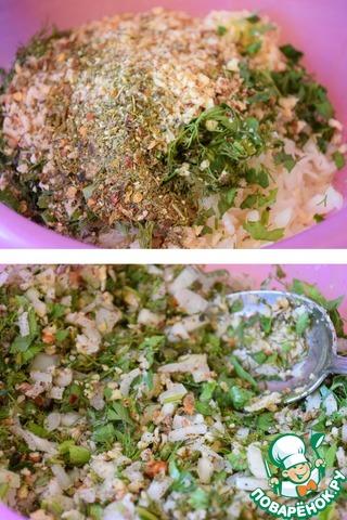 Сложить в чашку лук, орехи, чеснок, зелень, соль, перец и обязательно сухую аджику. Хорошо все помять руками и убрать минут на 30-40 настояться.