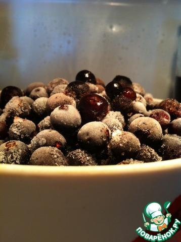 Если вы используете замороженную ягоду, то предварительно разморозьте её в камере холодильника! Это важно! Размороженная таким образом ягода даст минимум сока.   Чаще всего я использую замороженную черную смородину. Вот так она оттаивает в холодильнике))