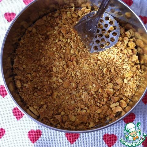 Печенье с маслом переложить в форму и утрамбовать. Форма у меня разъёмная, 24 см., форму ничем не смазываю.