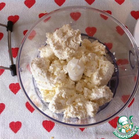 Взбить творог, добавляя сгущенку, яйца и ванилин.