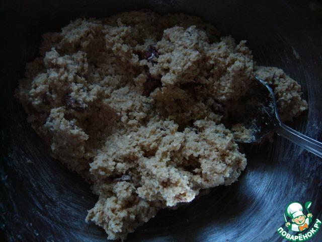 Соединить масляно-сахарную и сухую смеси. Полученное тесто убрать в холодильник, ничем не накрывая, на 30 минут.
