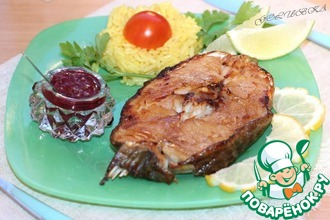 Белая рыба с соусом из черной смородины
