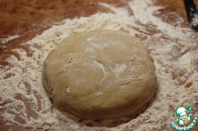 Постепенно добавляем муку, замешиваем мягкое тесто.
