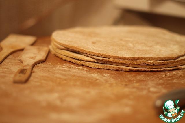 Сразу вырезаем из коржа круг по тарелке,    отрезанные кусочки складываем в миску, они еще пригодятся.