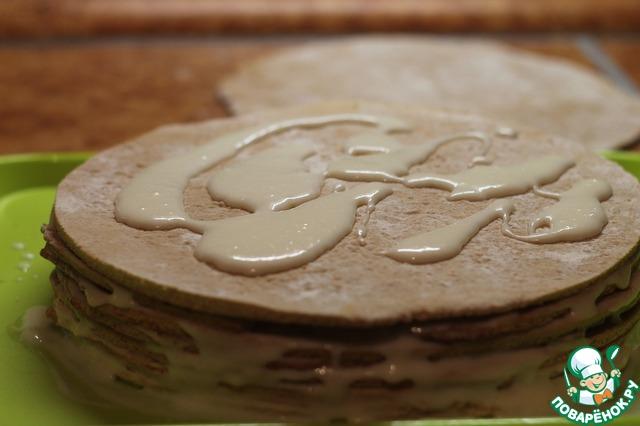 Теперь собираем торт: каждый корж щедро смазываем кремом, особенно уделяя внимание краям, чтобы они не остались сухими.    На фото - количество крема на один корж.