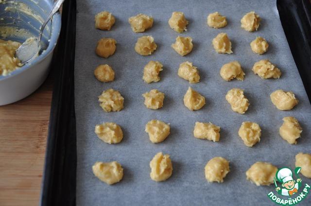 Противень застилаем пекарской бумагой. Кладём тесто на противень чайной ложкой или корнетиком.    Диаметр гужера 2-3 см, расстояние между ними около 3 см.     Ставим в нагретую до 220 градусов духовку, выпекаем до румяности 20 минут.