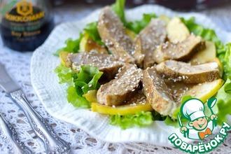 Теплый салат из куриной грудки и айвы