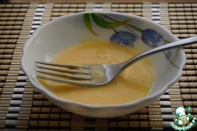 Хорошо сбиваем. Это нужно, чтобы желток не свернулся при добавлении в будущий соус.