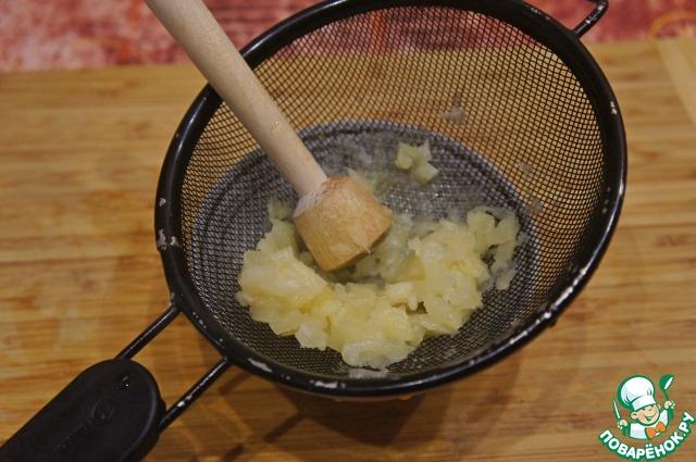 Кусочки ананаса измельчить блендером или протереть сквозь сито.   Орехи порубить ножом в крупную крошку.