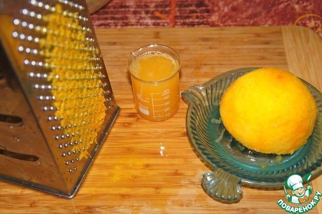 С половинки апельсина стереть цедру и выдавить сок.