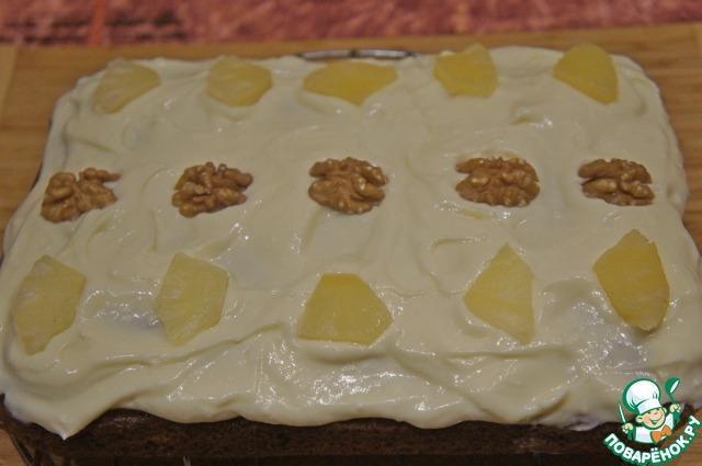 И украсить целыми орехами и кусочками ананаса. Убрать в холодильник, пока глазурь не застынет.