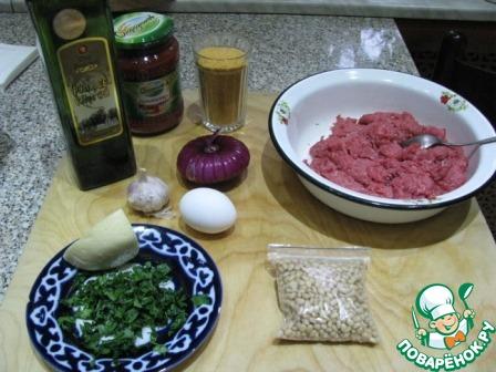 Необходимые продукты: говяжий фарш, панировочные сухари (у меня с куркумой), томаты в собственном соку, томатный соус, масло растительное (у меня оливковое), чеснок, сыр, кинза, кедровые орешки, лук (у меня крымский).