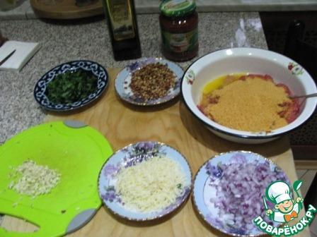 Подготовить продукты: в фарш разбить яйцо, высыпать сухари. Мелко порезать зелень (без стеблей), чеснок, лук и обжаренные орешки, натертый сыр.