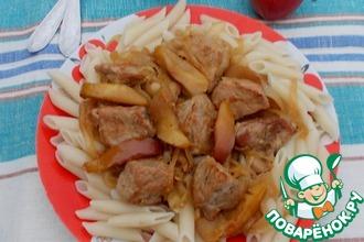 Имбирная свинина с яблоками и луком