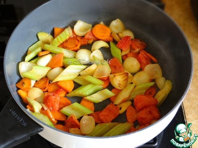 Овощи порезать крупно, обжарить на масле до корочки;