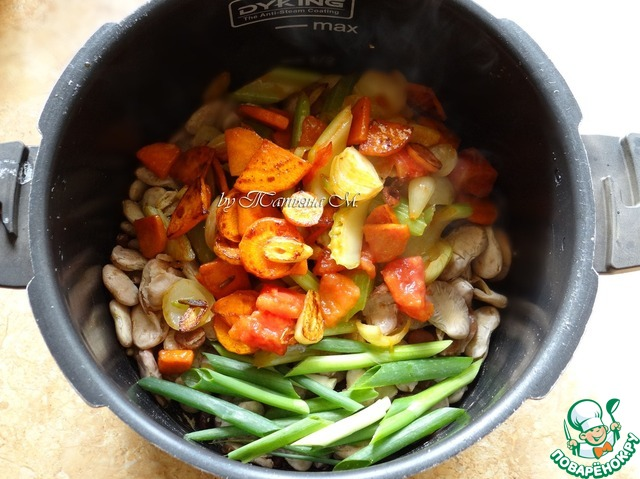 К фасоли выложить овощи, резанный зеленый лук, перцы, тимьян, влить бульон, подсолить по вкусу, добавить лавр;