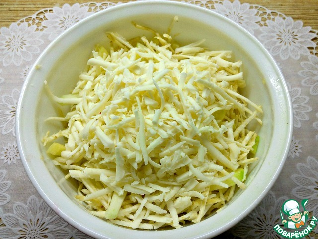 Сыр натереть на терке, добавить в салатник к сельдерею. Для приготовления этого салата можно использовать сыры эмменталь, маасдам или пармезан.