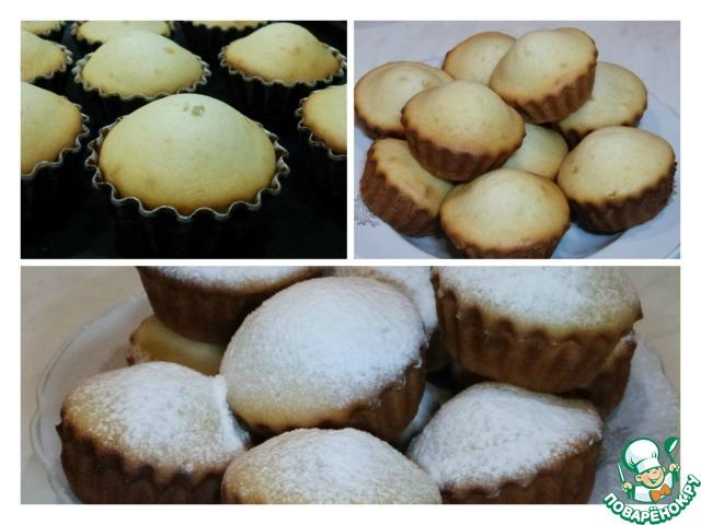 Достаем готовые кексы, вынимаем из формочек, лучше сразу горячими. Украшаем кексики, самое простое присыпать сахарной пудрой.