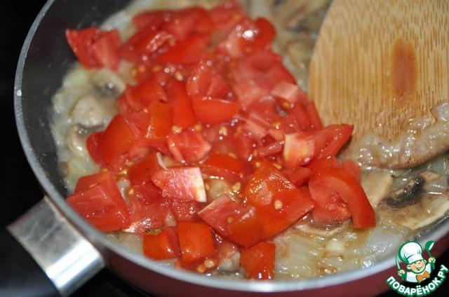 Кладём нарезанные кубиками помидоры.