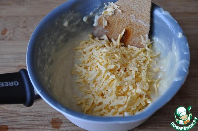 Кладём тёртый сыр, перемешиваем.