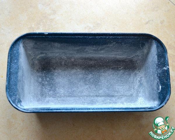 Духовку включите разогреваться на 160 градусов.    Подготовьте форму для кекса: смажьте слегка маслом и присыпьте мукой.