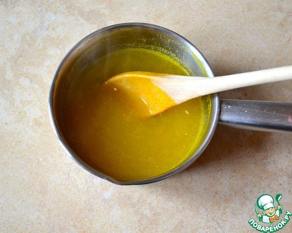 Минут за 10 до окончания выпечки кекса приготовьте соус. Для этого в небольшой кастрюльке смешайте сок 2 апельсинов, 40 г сахара и крахмал. Перемешайте до растворения сахара и крахмала, поставьте на огонь и доведите до кипения. Снимите с огня и дайте немного остыть.