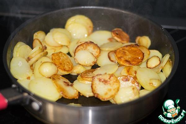 Добавить картофель и жарить на сильном огне до румяности. У меня ушло около 10-15 минут. Мешать не очень часто, но очень аккуратно!   Как только картофель зарумянился, добавить соль и измельченный чеснок (я раздавливаю через чеснокодавку), перемешать. Снизить огонь до среднего или чуть ниже среднего и готовить до готовности картофеля. Иногда аккуратно мешать.