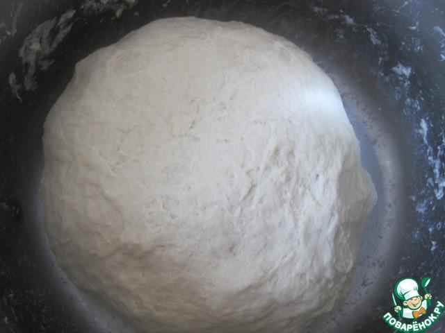 Добавляем муку замешиваем тесто, оставляем на расстойку