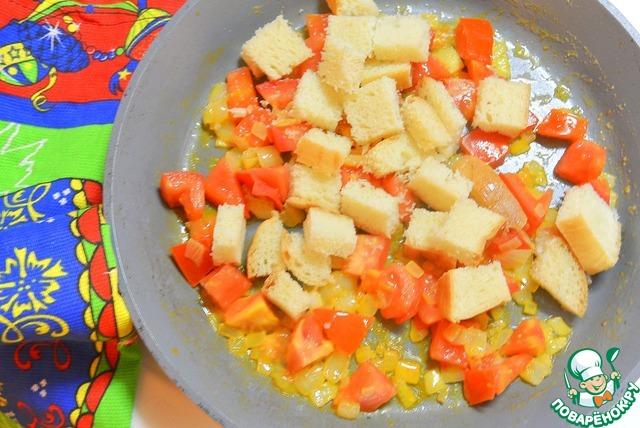 Ломтика батона порезать кубиками и добавить к овощам.